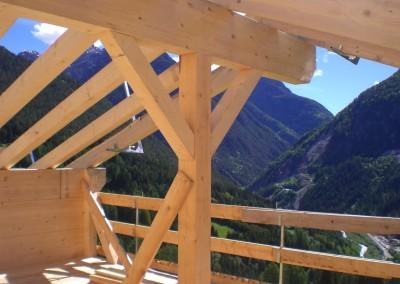 Struttura tetto trave verticale con incroci per sostegno trave di colmo