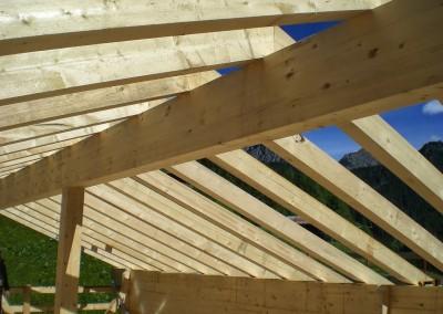 Struttura tetto con colmo e banchine in legno lamellare, i correnti sono in legno massiccio posati con metodo tradizionale